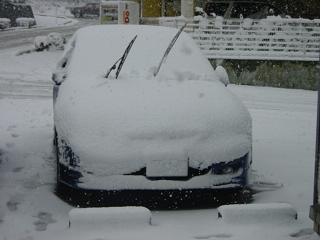 雪に埋もれるマイカー